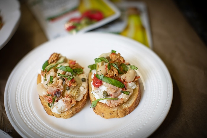 Italian Tuna Crostini - AD Whether it's for your weekly meal prep or a night with friends, this Italian Tuna Crostini is sophisticated, packed with flavor, high in protein and requires no cooking! Step up your tuna game with StarKist Selects E.V.O.O. #healthy #tuna #protein #italian #nobake #nocook #crostini #appetizers #mealprep #mealplan #party #fingerfoods #starkist #oliveoil #evoo